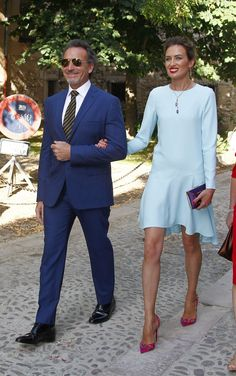 Nieves Álvarez y Marco Severini en la boda de Roberto Torreta Party Fashion, Love Fashion, Fashion Outfits, Blue Dresses, Casual Dresses, Short Dresses, Wedding Guest Style, Looks Chic, Couture Fashion