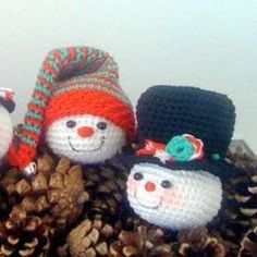 Free crochet pattern Christmas snowman ornaments.