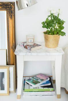 DIY - skapa en snygg marmoreffekt på en pall med kontaktplast, via Happy Homes.