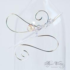 Bracelet en fil argenté, création Vanessa Renoux pour Bijoux Volutes, perle de nacre ivoire. Bracelet mariage à porter sur le haut du bras ou sur la cheville. www.bijouxvolutes.com