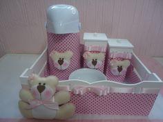 Lindo Kit Higiene Bebê,contendo:  1 cesta decorada e forrada com tecido 100% algodão;  2 potes decorados;  1 molhadeira de porcelana;  1 garrafa térmica termolar 500ml forrada e decorada com fechamento em velcro;  O quarto da sua princesa merece esse Mimo!!!!!