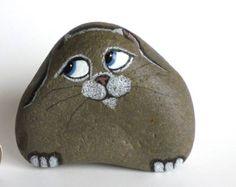 ÚNICO LO QUE QUIERO ES ARTE DE HACER QUE GENTE SONREÍR.  Para la adopción es un animal aterrorizado pintadas con ojos verdes.  Dimensiones: 4 1/2 X 2 1/2 X 2 . Peso: 1 kilos  Intento salir de la roca natural como sea posible. Hace mucho más interesante Cuando se pueden ver la textura y el color de la roca. Esta roca es oscuro gris y muy suave.  Utilizar una técnica especial para pintar los ojos para que parezcan 3 dimensiones. Debido a esta técnica este gato no le gusta vivir al air...