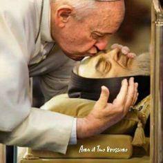 Pope Francis kisses the face of St Padre Pio of Pietrelcina during the Year of Mercy… Catholic Prayers, Catholic Art, Catholic Saints, Roman Catholic, Catholic Memes, Papa Francisco, Incorruptible Saints, Sainte Therese De Lisieux, St Pio Of Pietrelcina
