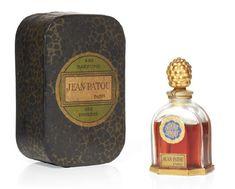 * AMOUR AMOUR Flacon en cristal de Baccarat, de forme borne. Bouchon doré stylisé ananas. Jean PATOU 1925