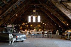 Venetsialaisjuhlat vanhassa navetassa -Juvin pöydät ja tuolit