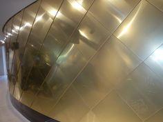 Padiglione degli Emirati Arabi Uniti: sotto l'auditorium il rivestimento in rame dorato continua, e funge da parete per la sala interna al piano terra; qui puoi ammirare uno spettacolare modellino in scala di Dubai, sede della prossima Esposizione Universale del 2020.
