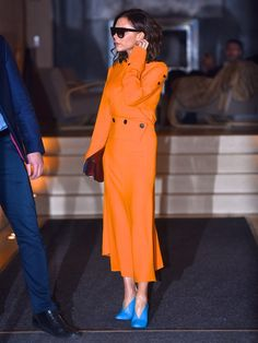 Victoria Beckham wearing orange dress with bright blue shoes and has just highlighted a key new colour combination for spring. Victoria Beckham Outfits, Victoria Beckham Stil, Orange Outfits, Orange Dress, Dress Black, Orange Fashion, Colorful Fashion, Orange Mode, Orange Style