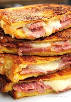 Monte Cristo sandwich is the American response to the French Croque Monsieur. Monte Cristo Sandwich, Think Food, Love Food, Pie Iron Recipes, Top Recipes, Ham Left Over Recipes, Family Recipes, Soup And Sandwich, Sandwich Ideas