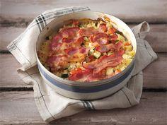 Arkinen uunivuoka kätkee sisälleen kasviksia ja riisiä, joita maustetaan suolaisella pekonilla ja sipulikermalla.