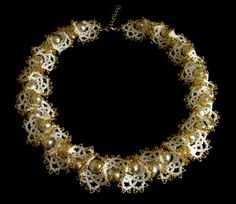 Ogalala necklace w/pearls tute.  Need to translate for best directions. Not a beginner project but not that difficult either.  #seed #bead #tutorial