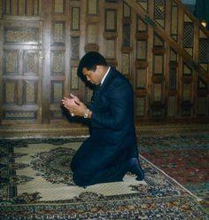 """Im Namen Allahs, des Allerbarmers, des Barmherzigen!  """"Kein Unglück trifft (jemanden), außer mit Allahs Erlaubnis. Und wer an Allah glaubt, dessen Herz leitet Er recht. Und Allah weiß über alles bescheid.""""  (Sure 64:11 - At Taghabun)"""