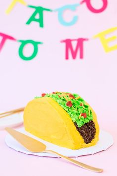 DIY Taco Cake ~ You know what happens when you fold a regular ol' round cake in half? You get a TACO CAKE! Taco Party, Fiesta Party, Nachos, Dragons Love Tacos Party, Food Styling, Taco Cake, Taco Cupcakes, School Cupcakes, Tequila Shots