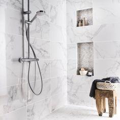 Faïence mur blanc carrare Murano, imitation parfaite du marbre, l 30,5 x L 56 cm, 29,95 euros le mètre carré, Leroy Merlin.