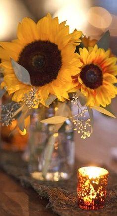Auch im Kerzenlicht strahlen die Sonnenblumen! #tollwasblumenmachen #sunflower                                                                                                                                                                                 Mehr