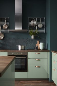 Moody Black, Granny Chic and Deco-Excess: These are the Ikea trends for Autumn / Winter 2018 - Journelles Kitchen Trends, Kitchen Remodel, Kitchen Decor, Interior Design Kitchen, Bold Kitchen, Trendy Kitchen, New Kitchen, Rustic Kitchen, Kitchen Renovation