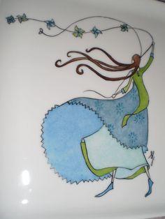 Un joli plat de porcelaine illustré grâce à une demoiselle de Gaëlle Boissonnard, en bleu puisque Valérie aime ça aussi! Pour que tu...