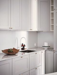 Grey kitchen ideas brings an excellent breakthrough idea in designing our kitchen. Grey kitchen color will make our kitchen look expensive and luxury. New Kitchen, Kitchen Dining, Kitchen Decor, Kitchen Cabinets, Kitchen Ideas, Kitchen Grey, Kitchen Mixer, Grey Cabinets, White Kitchen Cupboards