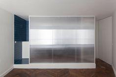 Salle de bain, cloison polycarbonate et carreaux de céramique bleu / Bathroom, polycarbonate partition and blue ceramic tiles