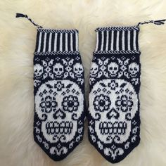Calaveritas by JennyPenny Sweden AB Knitted Mittens Pattern, Crochet Gloves, Knit Mittens, Knitting Socks, Knit Crochet, Wrist Warmers, Hand Warmers, Knitting Charts, Knitting Patterns