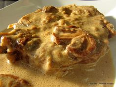 Vepřové plátky (krkovice) na houbách a se smetanou       3 vepřové plátky po cca 200 g  70 g cibule (1 menší)  50 g sádla  20 g sušených hub...