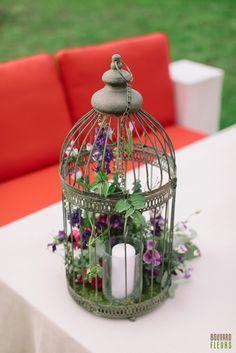 Cage à oiseaux garnie d'une bougie et de fleurs: Jasmin, lisianthus, pois de senteur, pivoines, etc. Jasmin, Creations, Table Decorations, Furniture, Home Decor, Peonies, Flowers, Sweet Peas, Candle