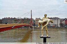 "Statue de la Passerelle du Palais de Justice ""The weight of One Self"", de Michael Elmgreen & Ingar Dragset (Lyon, Rhône-Alpes)"