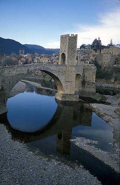 Besalú, Santa María de Ripoll, Banyoles , Figueres, Cataluña.