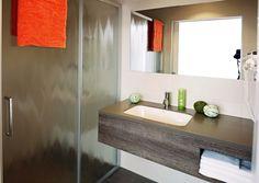 Im Eco-Suite Hotel Salzburg erwarten Sie moderne Zimmer mit Frühstück sowie Küchenzeile in jeder Suite. Verbringen Sie einen grünen Urlaub in Salzburg. Salzburg, Bathroom Lighting, Vanity, Mirror, Furniture, Home Decor, Vacation, Bathroom Light Fittings, Dressing Tables