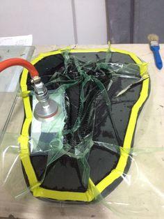 Sillín de bicicleta en fibra de carbono reforzado manufacturado por el proceso de vacío. Para mayor información, visita: www.carbonlabstore.com