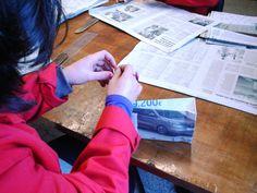 Trabajando en el taller de bolsas de papel de periódico
