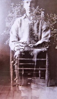 Self Portrait -Robert Rauschenberg was an American painter and graphic artist whose early works anticipated the pop art movement. Robert Rauschenberg, Foto Portrait, Portrait Photography, Ghost Photography, Jasper Johns, Photomontage, Selfies, Gottfried Helnwein, Black Mountain College