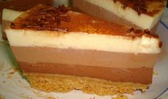Antes de servir adornamos espolvoreando la tarta con cacao en polvo por encima y ponemos virutas de chocolate de manera artística XD