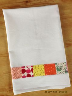 Well, hello! TodayI will share a simple (and fun) little tutorial on how to make a patchwork dish towel. The strip of patchwork isa perf...