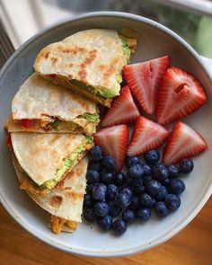 Quesadilla with sliced strawberries and blueberries. Healthy clean eating lunch ideas inspo. Think Food, Love Food, Healthy Snacks, Healthy Eating, Healthy Recipes, Diet Recipes, Healthy Tips, Health Food Recipes, Healthy Cold Lunches