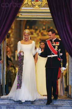 The bridal couple leave Oslo Cathedral after the wedding ceremony; wedding of Crown Prince Haakon of Norway and ms. Mette-Marit Tjessem Høiby, August 25th 2001