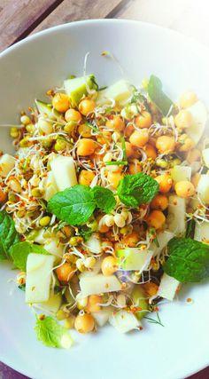 ~ Alfalfa groddar, mungbönor, kikärtor, grönt äpple, mynta, dill, ramslök, lime, sesamolja, flingsalt ~