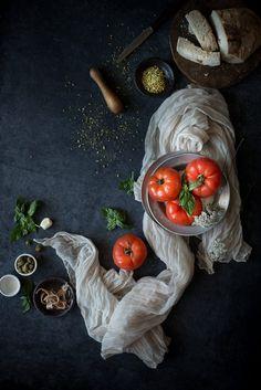 Pomodori ripieni di pane, capperi ed acciughe