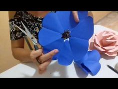 Giant Paper Flower tutorial, Cricut flower center, Giant paper flower instructions, DIY paper flower Who wants to learn how to make Giant Paper Flowers? Crepe Paper Flowers Tutorial, Easy Paper Flowers, Paper Flower Decor, Giant Paper Flowers, Flower Crafts, Diy Flowers, Cardboard Paper, Diy Paper, Paper Crafts