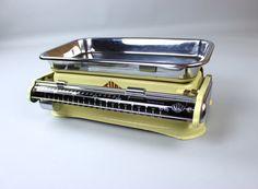 Vintage Küchenwaage Stube, Retro Waage  Tolle, gut erhaltene und funktionsfähige Haushaltswaage der Marke Stube in pastellgelb.  Ein echtes Retro-Schätzchen für deine Küche.  Die Waage hat eine Feintarierung bis 10 kg. Die Schale ist abnehmbar. Alle Mechanismen funktionieren leichtgängig und einwandfrei. Originalgebrauchsanweisung wird mitgeliefert.  Für ihr Alter ist sie in einem sehr guten Vintagezustand, wenig Abplatzer oder Patina. Die Schale hat einige wenige Gebrauchspuren, s. Fotos…