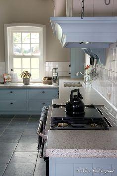 lichtblauwe keuken , incl natuursteen vloer