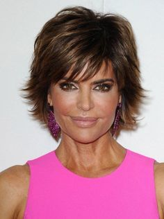 Pictures of Lisa Rinna Layered Razor Haircut. Get hairstyles ideas and inspiration with Lisa Rinna Layered Razor Haircut. Popular Short Haircuts, Short Hairstyles For Thick Hair, Modern Hairstyles, Short Hairstyles For Women, Hairstyles With Bangs, Cool Hairstyles, Layered Hairstyles, Wedge Hairstyles, Feathered Hairstyles