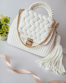 Favorite Free and Easy Great Look Crochet Bag Patterns for 2019 - Page 2 of 10 - Beauty Crochet Patterns! Crotchet Bags, Knitted Bags, Crochet Handbags, Crochet Purses, Free Crochet Bag, Popular Crochet, Bag Pattern Free, Yarn Bag, Macrame Bag
