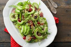 Paired with bright celery, sweet apple slices, and bold arugula, our avocado & grape salad with walnuts bursts with vitamins and minerals.