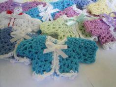 Lembrancinhas para maternidade,batizados,chá de bebê,aniversario feita com linha 100% algodão na cor de sua preferencia. Com aplicação de imã e lacinho de fita. Preço por unidade. Pedido minimo de 20 unidades R$ 2,50