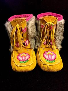 Native American Dress, Native American Moccasins, Native American Crafts, Native American Fashion, American Indians, Boogie Shoes, Beaded Moccasins, Moccasin Boots, Nativity Crafts