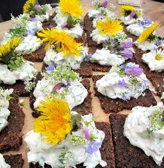 Pumpernikel mit Quark und Blüten