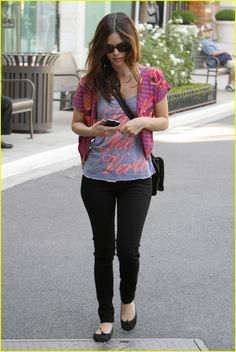 Rachel Bilson in skinnies and flats. The length of her shirt is a good proportion.