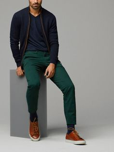 Forest green pants create a nice look! Green Chinos Men, Green Pants Men, Green Pants Outfit, Dark Green Pants, Blue Green, Chinos Men Outfit, Outfit Jeans, Pantalon Vert Olive, Pantalon Turquoise