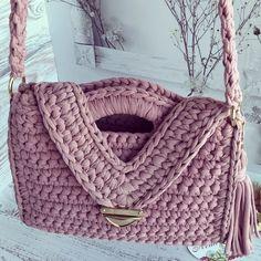 """812 свиђања, 37 коментара - Корзины и ковры ручной работы (@lena_navi) у апликацији Instagram: """"Делюсь процессом, так сказать) Сумочка перед сборкой)) Боковинки сразу привязываю к дну,…"""" Crochet Clutch Bags, Crochet Handbags, Crochet Purses, Crochet Wrap Pattern, Crochet Shell Stitch, Crochet Patterns, Crochet Pillow, Knit Crochet, Crochet Projects"""