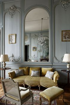 The Difference Between Modern Interiors And Traditional Interior Home Design French Interior Design, Interior Design Minimalist, Modern Classic Interior, Classical Interior Design, Luxury Interior, Modern French Interiors, Simple Interior, Interior Office, Studio Interior
